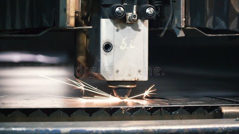 高精度CNC激光切口金属板 夹子 现代技术准许接受高精密度的零件 库存照片