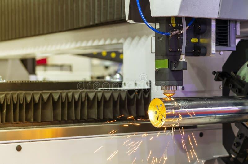 高精度cnc等离子激光切割机接近的喷管在期间刻记或穿孔制件管子并且发火花与 免版税图库摄影