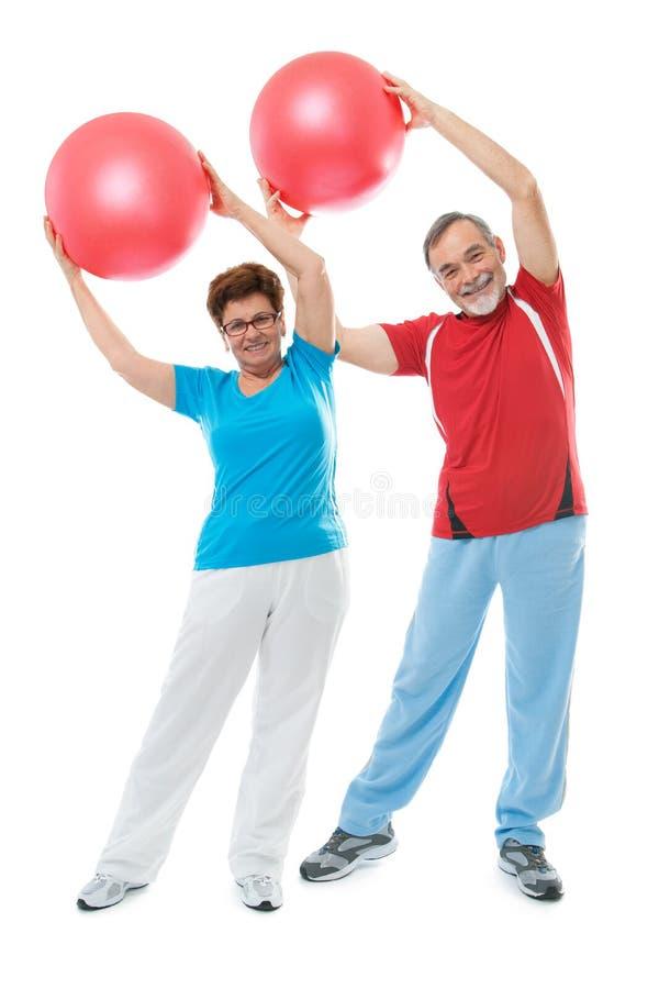高级夫妇在体操方面 免版税库存图片