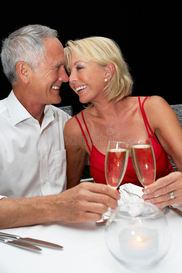 高级夫妇在餐馆 图库摄影