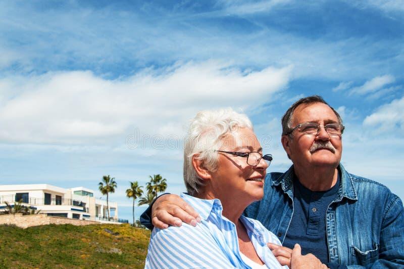 高级夫妇常设外部梦想家 免版税库存图片