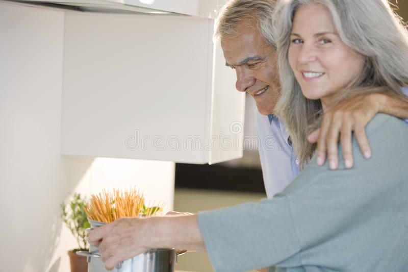 高级夫妇烹调 免版税库存图片