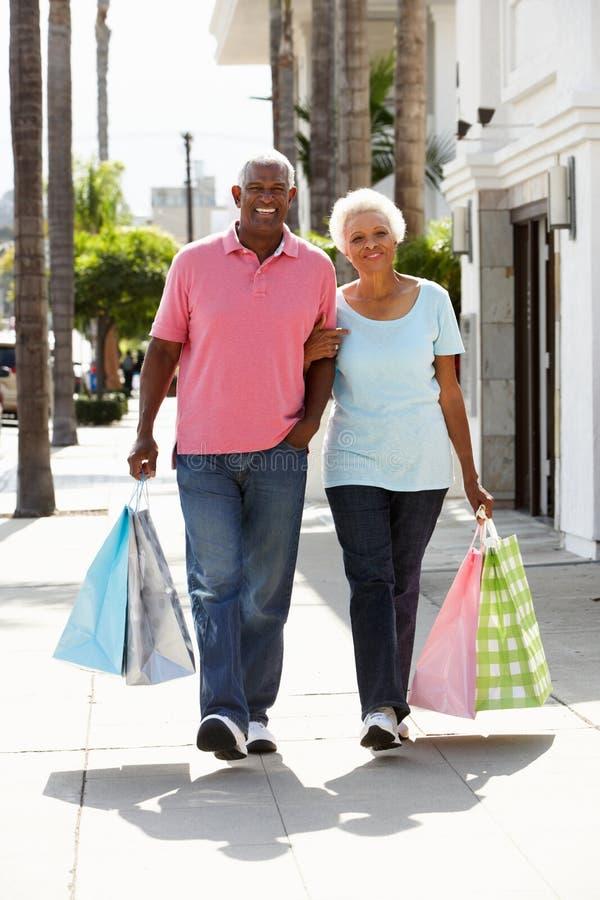 高级夫妇运载的购物袋 图库摄影