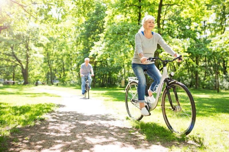 高级夫妇骑马自行车 免版税库存图片