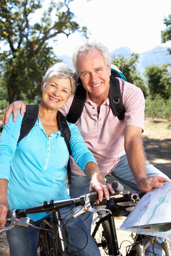 高级夫妇骑马自行车 免版税库存照片