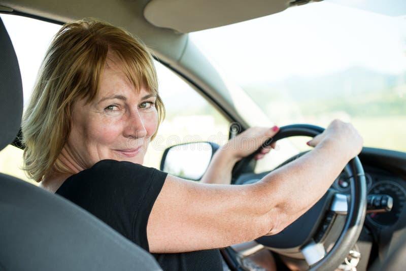 高级妇女纵向汽车的 免版税库存图片