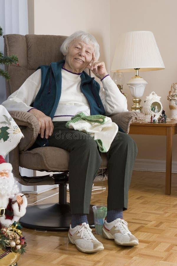 高级妇女编织 免版税库存照片