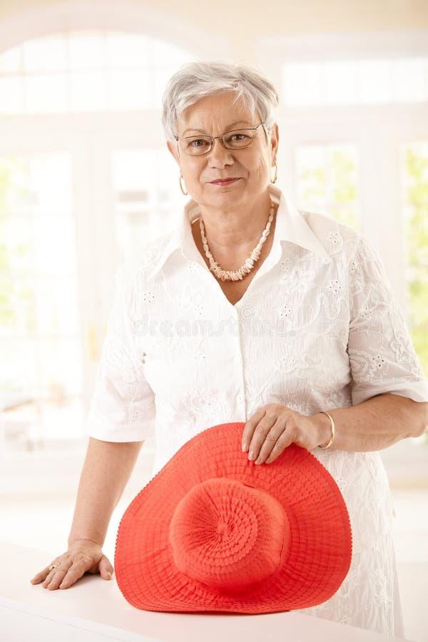 高级妇女藏品帽子纵向  免版税图库摄影