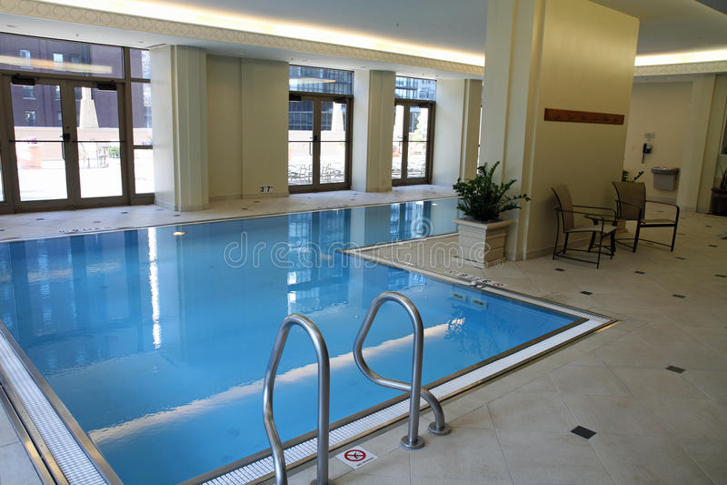 高级室内游泳池游泳 库存图片