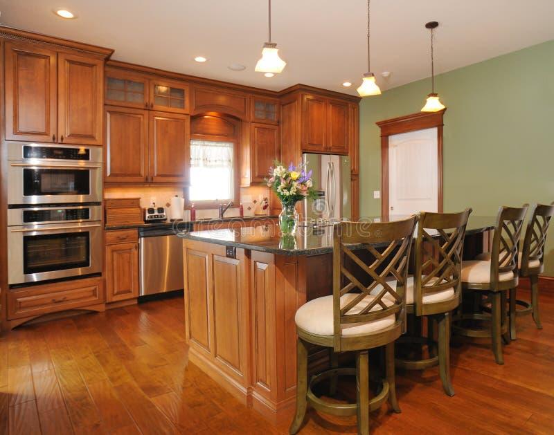 高级当代自定义内部厨房 免版税库存照片