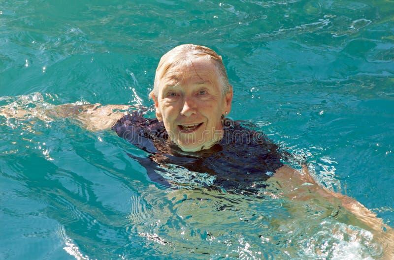 高级游泳妇女 库存图片