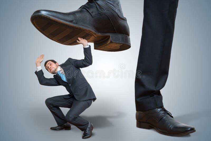 高级领导虐待小雇员 库存图片