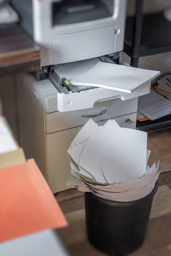 高纸消耗量在办公室 免版税库存照片