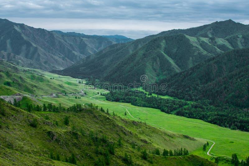 高绿色山和乌云 免版税库存图片