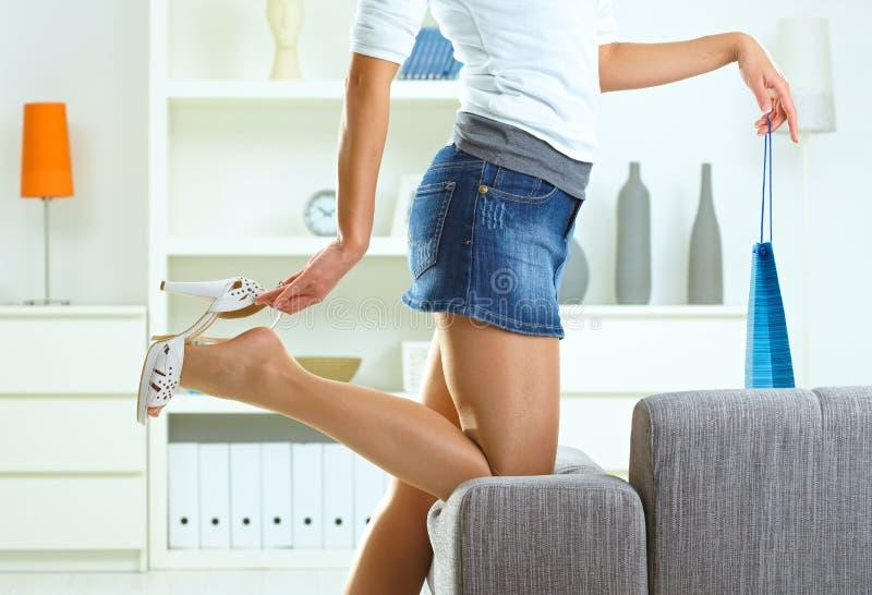 高脚跟采取妇女的鞋子 库存图片