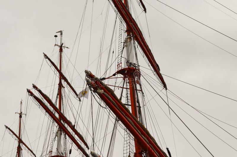 高航行Ship& x27;s帆柱、Yardarms和索具 库存图片