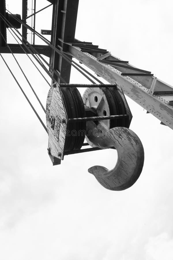 高船坞对比起重机勾子 免版税库存图片