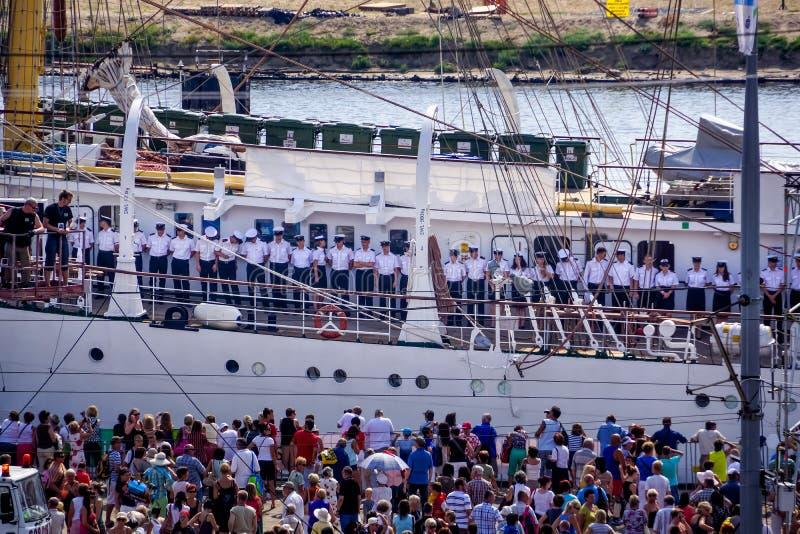 高船种族,连续站立在高船的水手 库存图片