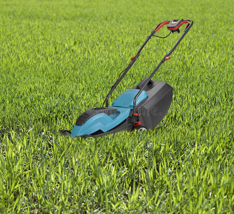 高草围拢的割草机 库存照片
