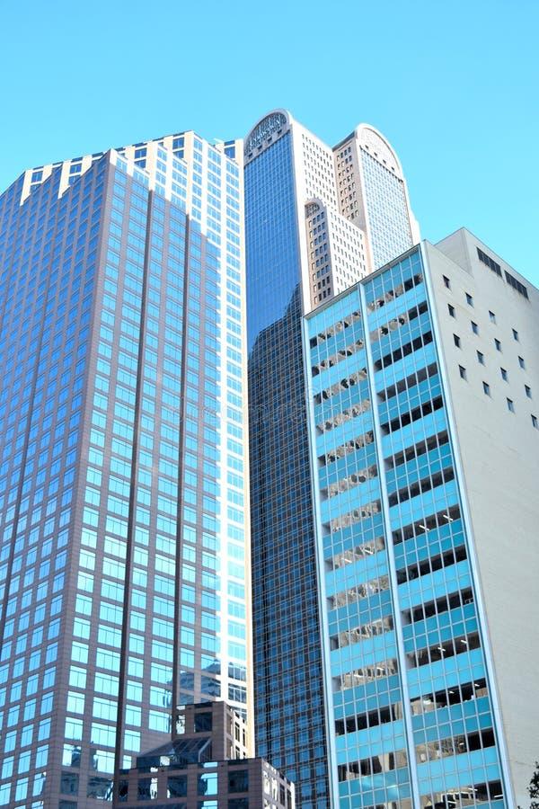 高蓝色和灰色办公楼 免版税库存照片