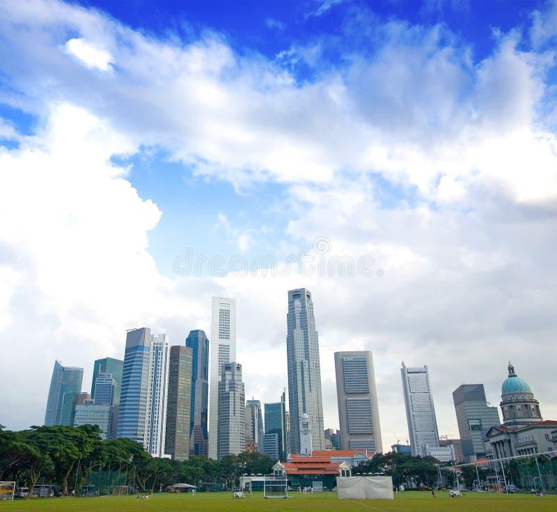 高蓝色新加坡天空的摩天大楼 免版税库存照片