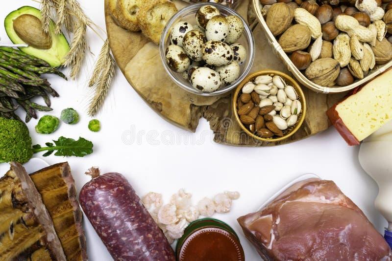 高蛋白食物-肉,鱼子酱,虾,坚果,鸡蛋,豆,健康平衡饮食的cheesevegetables产品 顶视图 库存照片