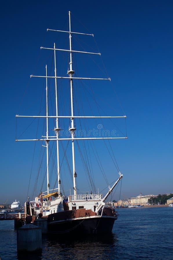 高被上船桅的帆船 免版税图库摄影