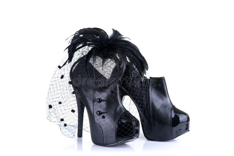 黑高跟鞋女性鞋子和羽毛头发fascinator 库存图片