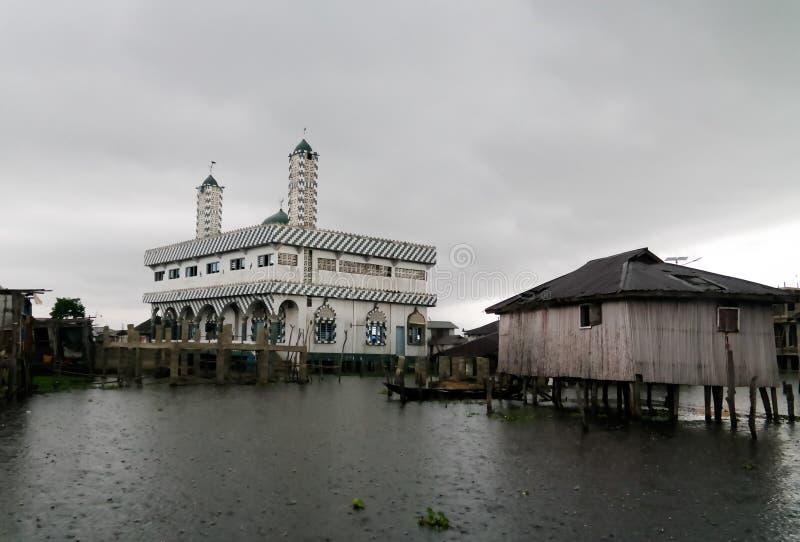高跷房子和清真寺在Ganvie村庄在Nokoue湖,贝宁的 图库摄影