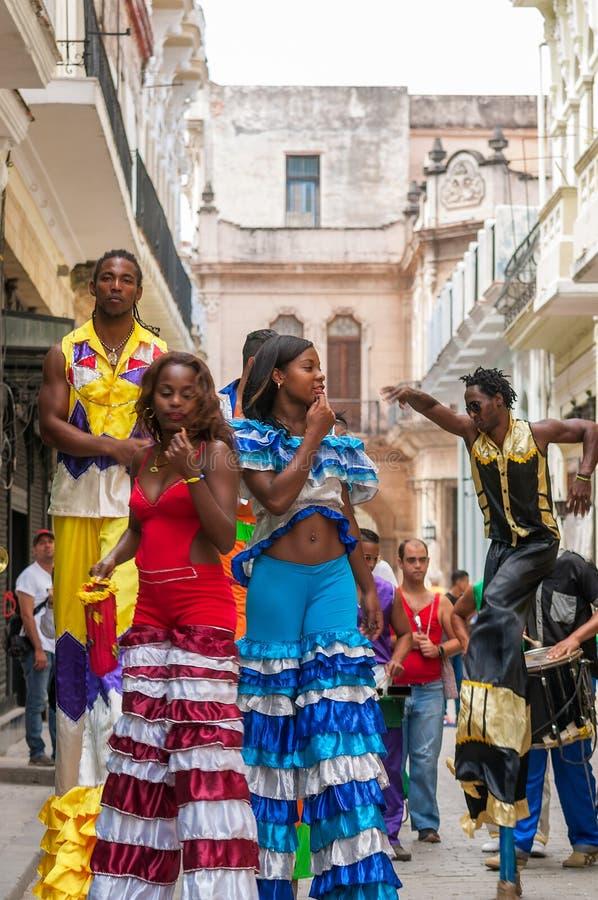 高跷步行者舞蹈家五颜六色的带在一条街道上的在哈瓦那 免版税库存照片