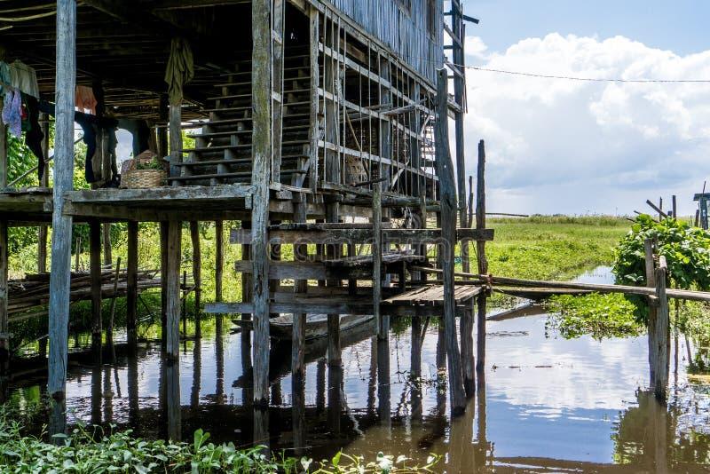 高跷的木房子在Inle湖 图库摄影