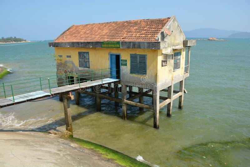 高跷的芽庄市越南被放弃的房子 免版税图库摄影