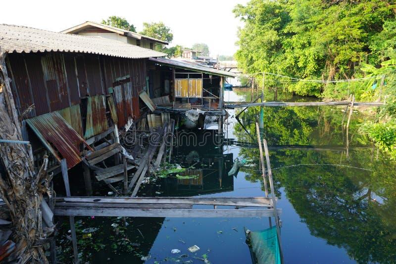 高跷的议院 城市的贫民窟的看法从河的 库存照片