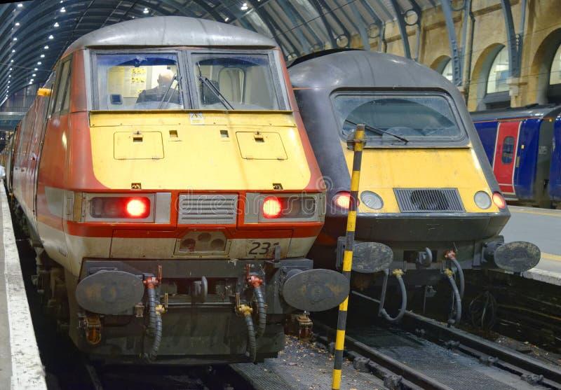 高速主干线训练在国王横渡,伦敦,英国 免版税库存图片