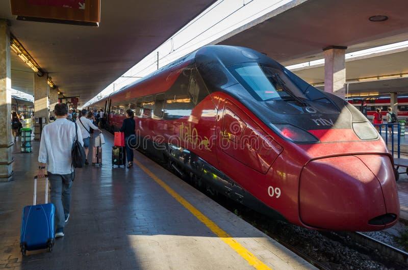 高速伊塔洛火车的看法这是意大利私人公司Nuovo Trasporto Viaggiatori的广告名称 库存照片