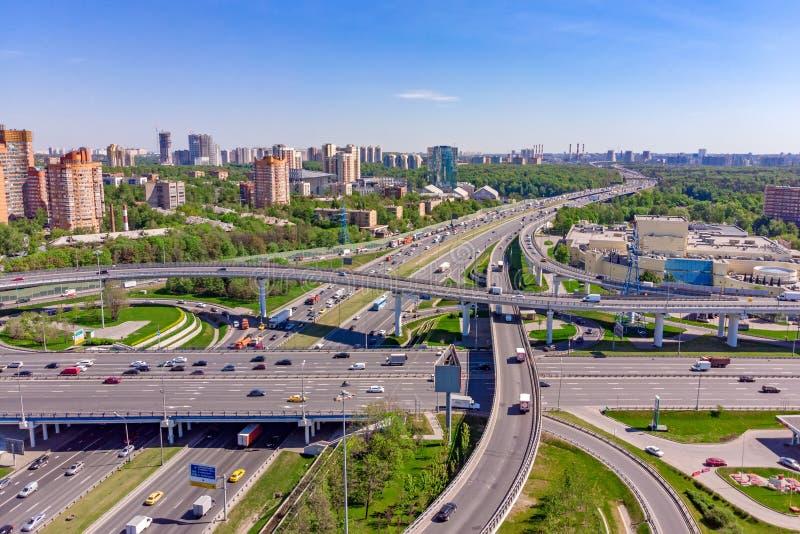 高速公路交叉点的鸟瞰图 公路交叉点在一个大城市 库存照片