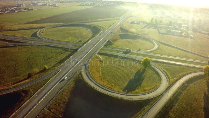 高速公路交叉点连接点夏天早晨空中顶视图  免版税图库摄影