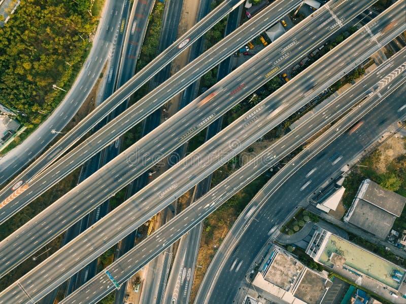 高速公路和天桥鸟瞰图在城市 库存图片