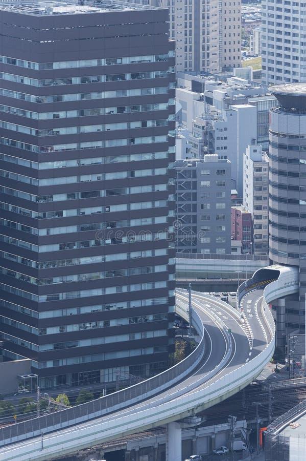高速公路和现代办公楼 免版税图库摄影