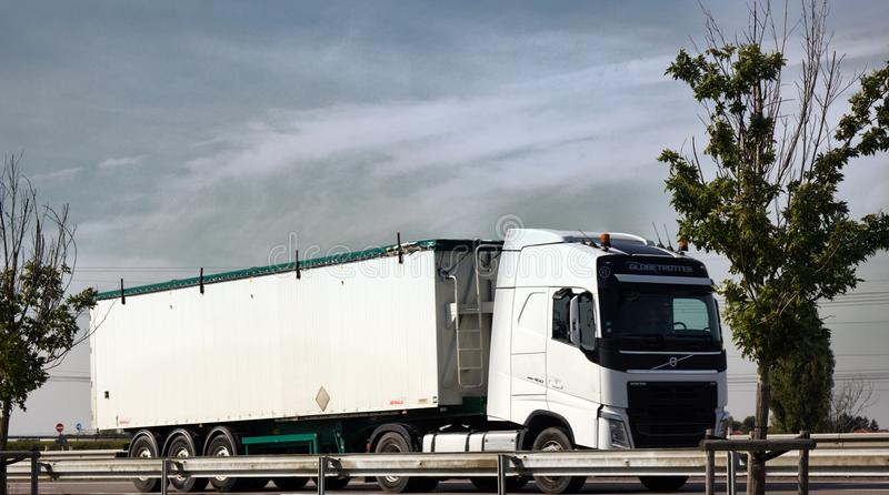 高速公路和重型卡车在乡下多小山背景  免版税库存图片