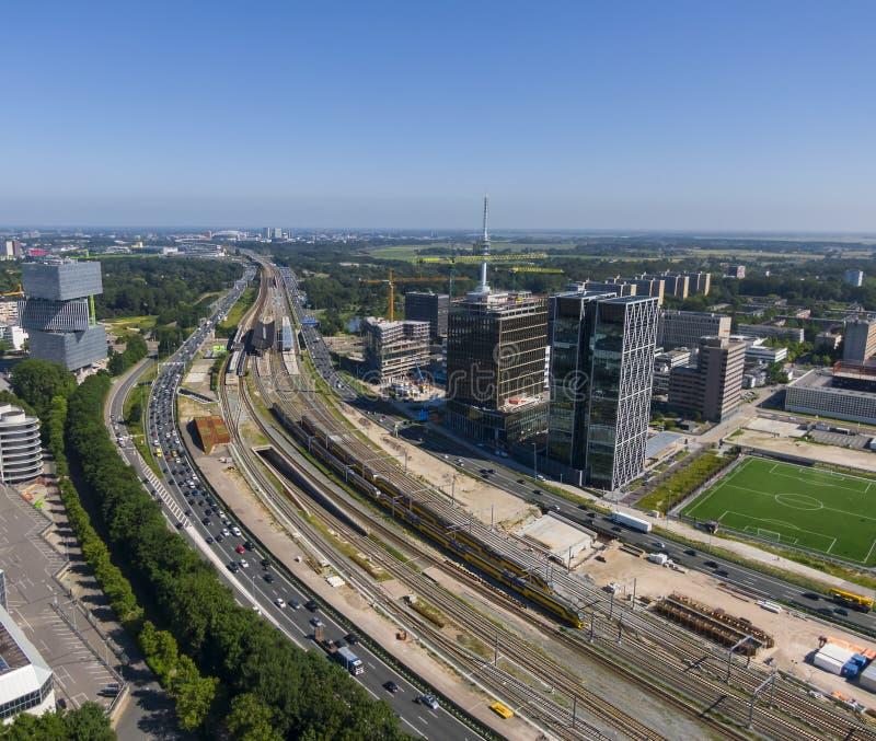 高速公路和铁路基础设施连接天线商业区Zuidas和阿姆斯特丹Bijlmer竞技场之间 免版税库存图片