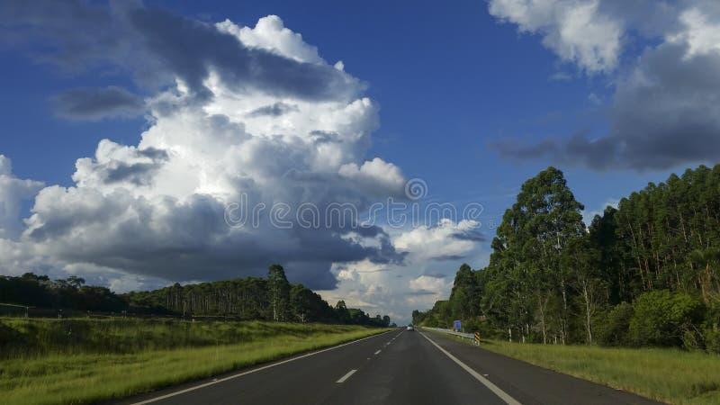 高速公路在一个美好的晴天 库存图片