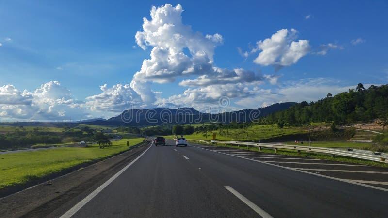高速公路在一个美好的晴天 免版税库存照片