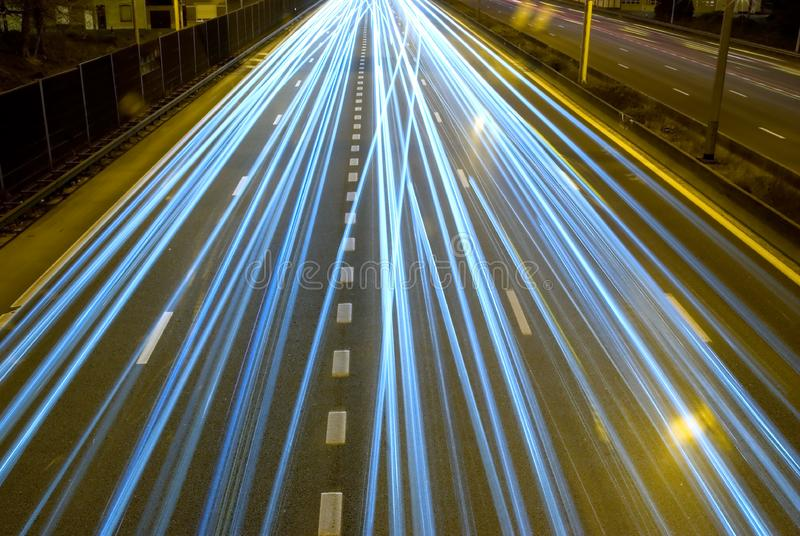 高速公路在晚上。 库存图片
