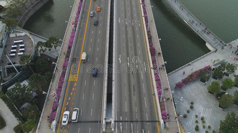 高速公路在晴朗的夏日和小径的空中顶视图有紫色花灌木的 射击 在看法汽车通行上 免版税库存照片