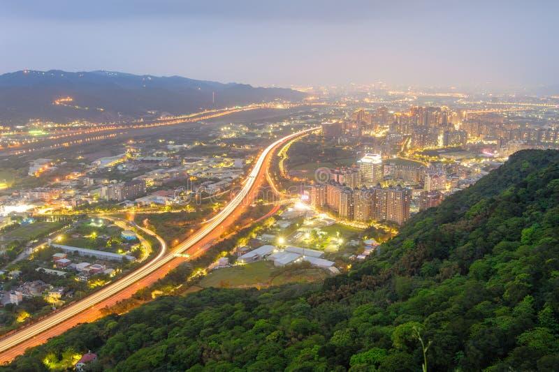 高速公路夜场面在台北 库存图片