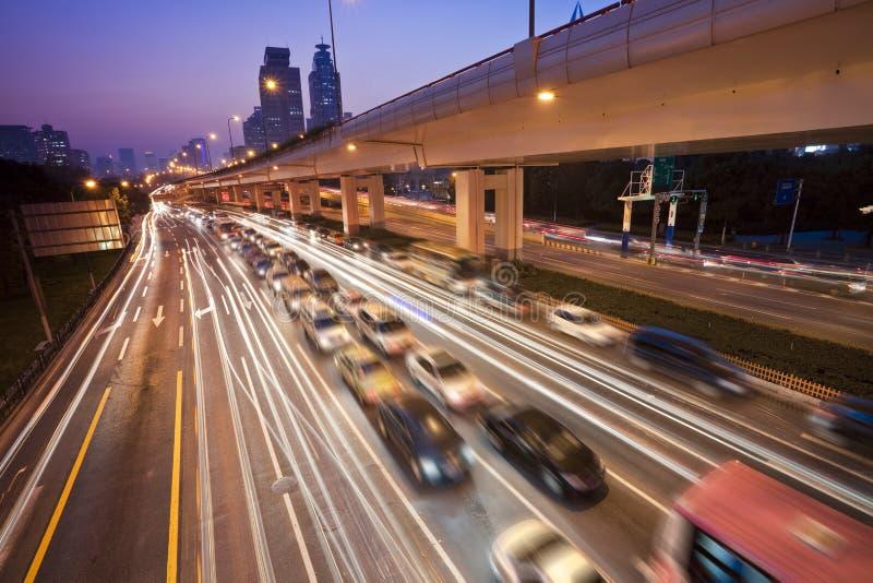 高速公路大城市 免版税库存照片