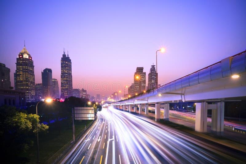 高速公路大城市 库存图片
