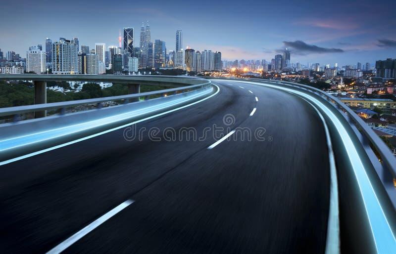 高速公路天桥与城市的行动迷离 图库摄影