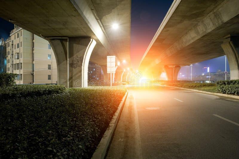 在黄昏的高速公路天桥 库存图片
